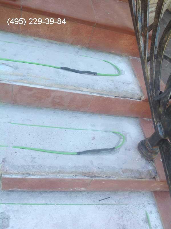 Ремонтная муфта на нагревательном кабеле на уличных ступенях